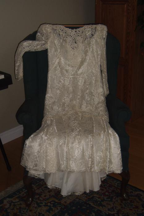 Lovely lace ivory coloured wedding dress for sale for Used wedding dresses victoria bc