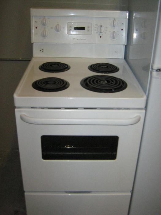 yr old 24 apartment size fridge stove set like new showroom cond