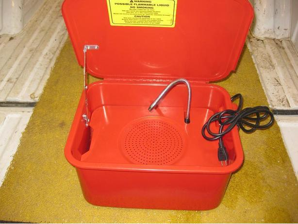 NEW 3 1/2 GALLON PARTS WASHER c/w ELECTRIC PUMP