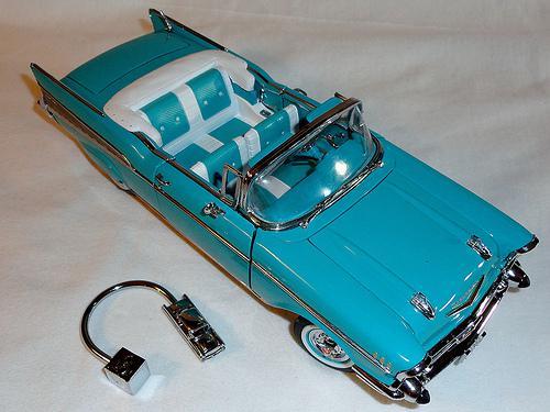 Danbury Mint 1957 Chevrolet Bel Air Blue Convertible 1:24