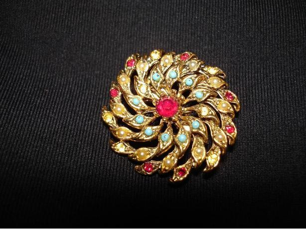 Beautiful Vintage Brooch With Multi Color Stones Decorated