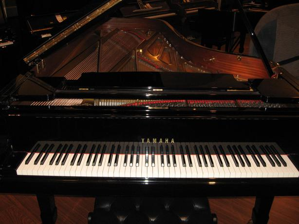Cfiii yamaha concert grand piano outside alberni valley for Yamaha piano store winnipeg