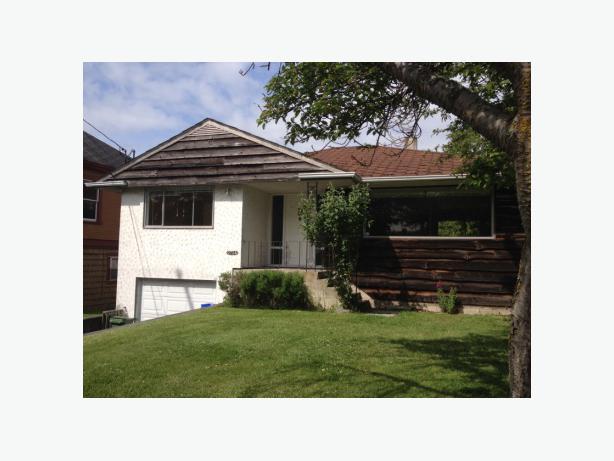 4 bedroom house 2 kitchens oak bay garage pet for Due bay garage