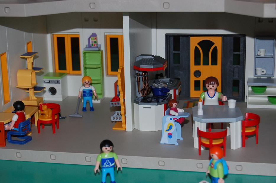 4279 A furthermore Playmobil Az Uj Csaladi Hazunk 14816 also Playmobil modern house likewise 4145 My Take Along Doll House besides CGxheW1vYmlsIGhhdXMgNTMwMg. on playmobil suburban house 4279