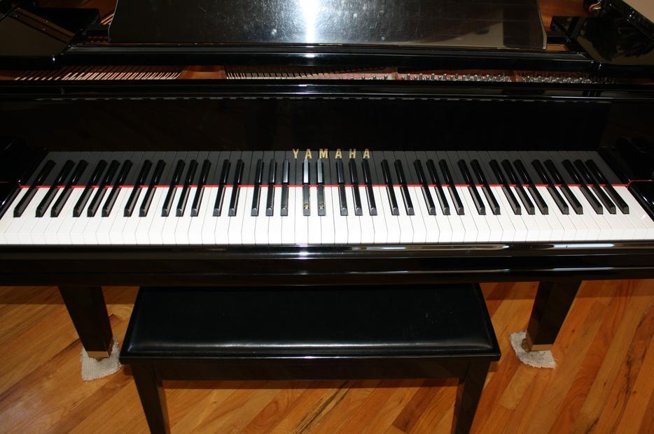 Baby grand piano yamaha huge price drop outside nanaimo for Yamaha piano store winnipeg