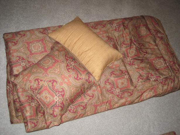 King size bed spread, 2 pillow shams and 2 decorative pillows Saanich, Victoria