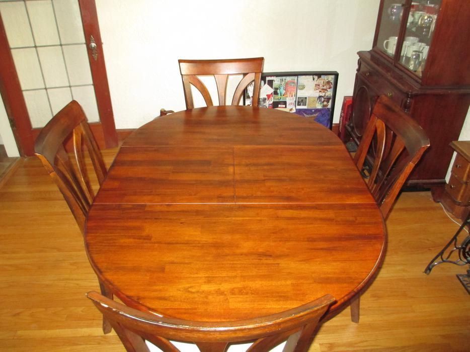 Round Teak Dining Room Table with 4 chairs Esquimalt  : 40557395934 from www.usedvictoria.com size 934 x 700 jpeg 78kB