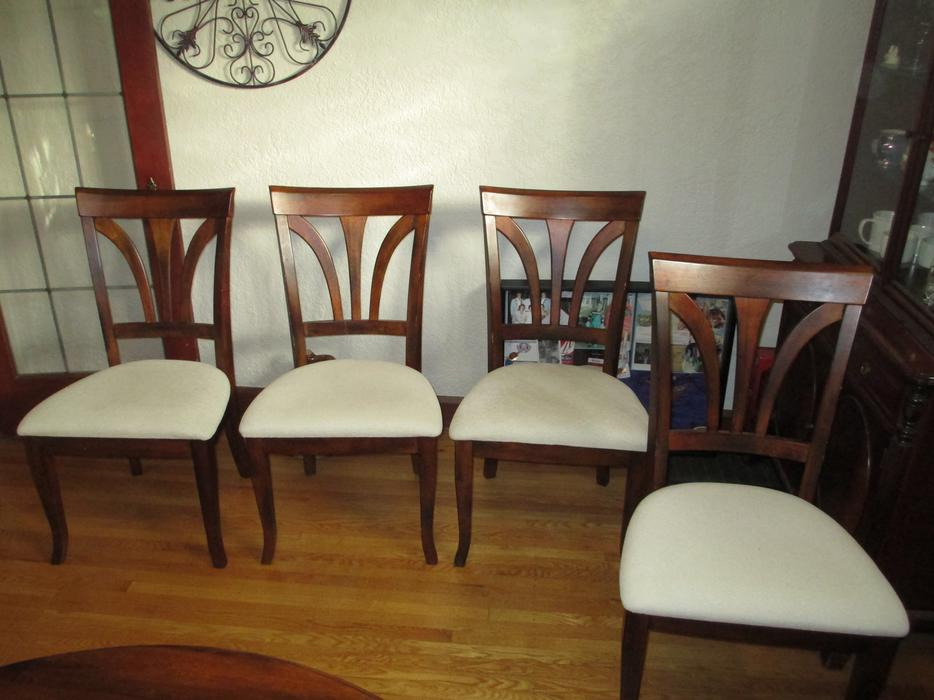 Round teak dining room table with 4 chairs esquimalt for Dining room tables victoria