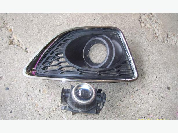 2012 Ford Fusion fog light with right bezel