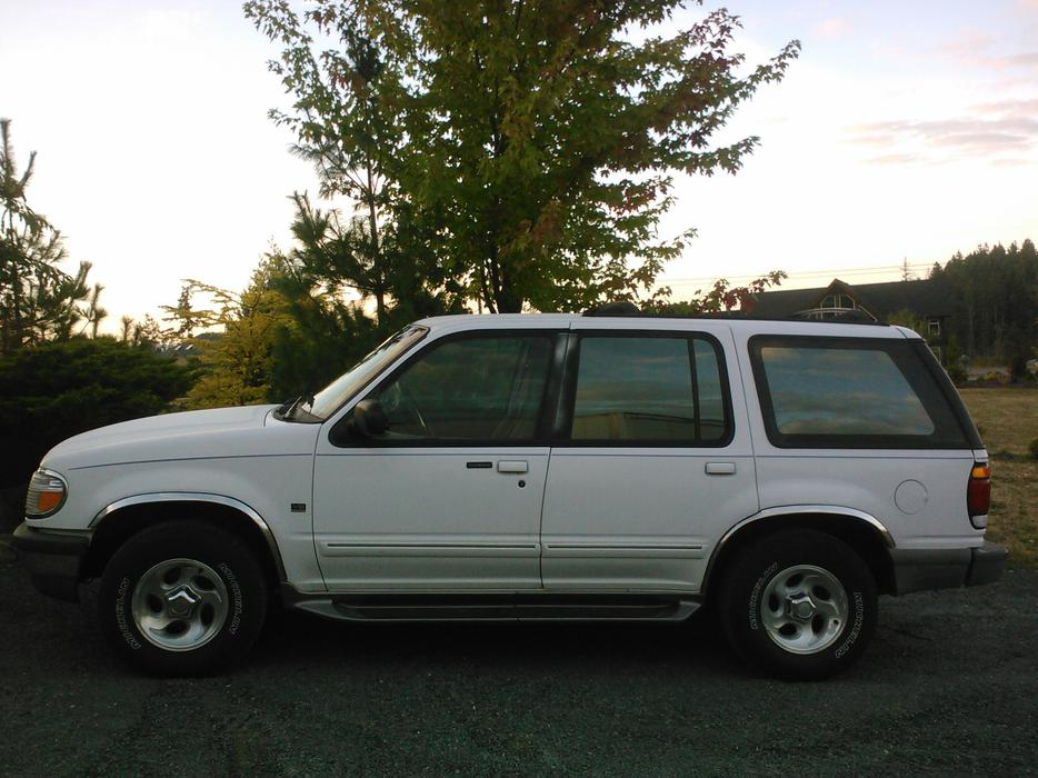 1996 white ford explorer xlt 5l v8 all wheel drive central nanaimo nanaimo. Black Bedroom Furniture Sets. Home Design Ideas