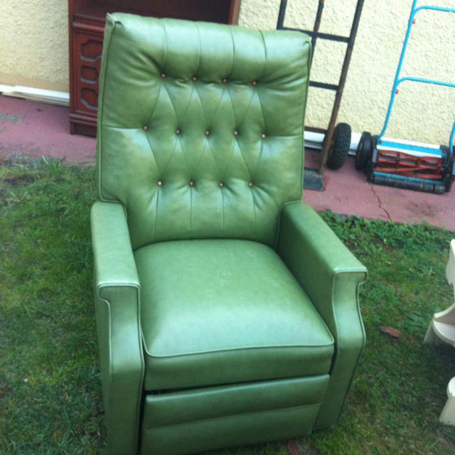 Vintage Vinyl Tufted Reclining Chair Victoria City Victoria