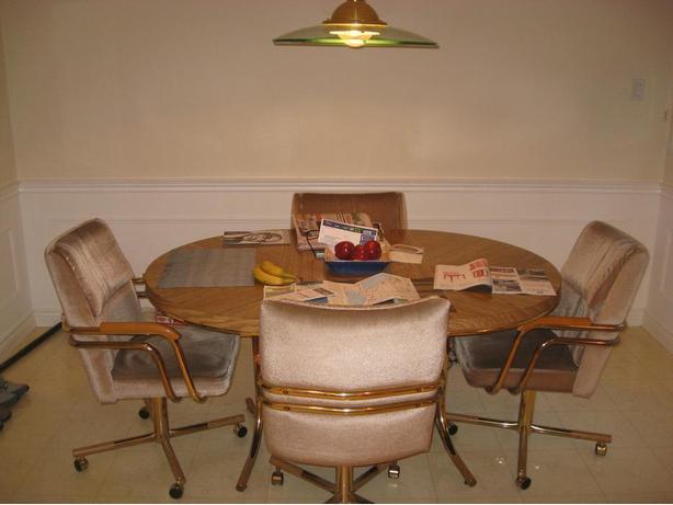 Kitchen Table And 4 Swivel Chairs Kanata Ottawa