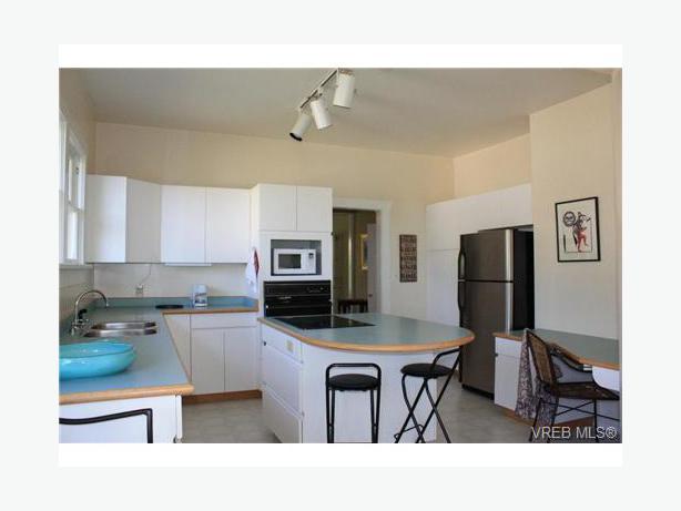 Complete set of white kitchen cabinets victoria city victoria for Entire kitchen set