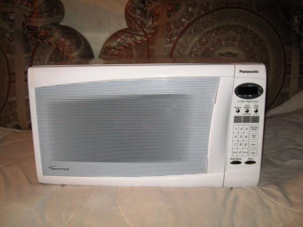 Log In needed  35   183  Panasonic Microwave  White  1 2 CuFt and 1 250    Used White Microwave