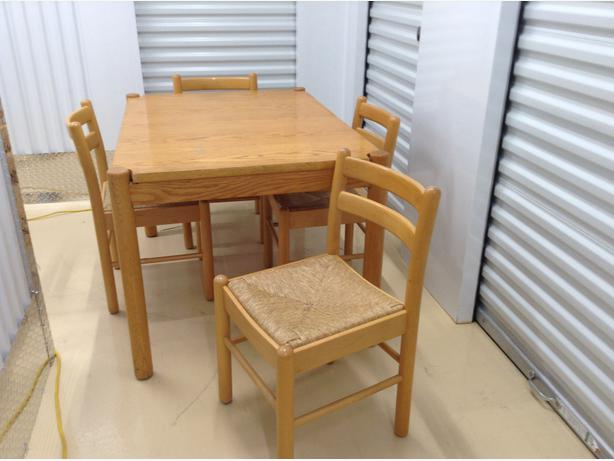 Solid Wood Table w 4 chairs  table en bois massif avec 4 chaises Central Ott