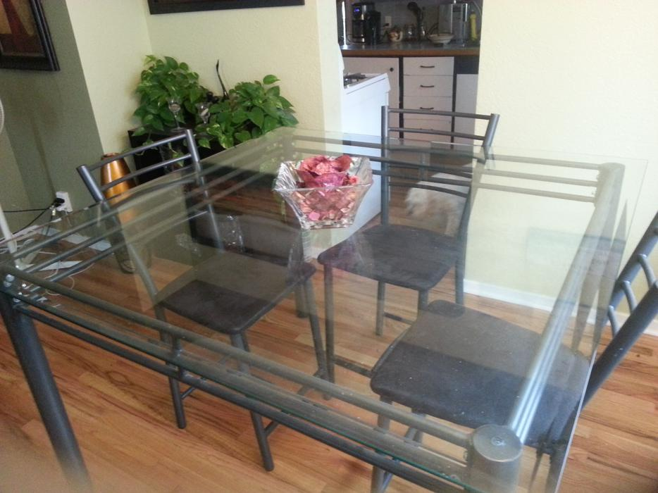 BEAUTIFUL GLASS DINING ROOM TABLE WITH CHAIRS HIGH QUALITY South Nanaimo Pa