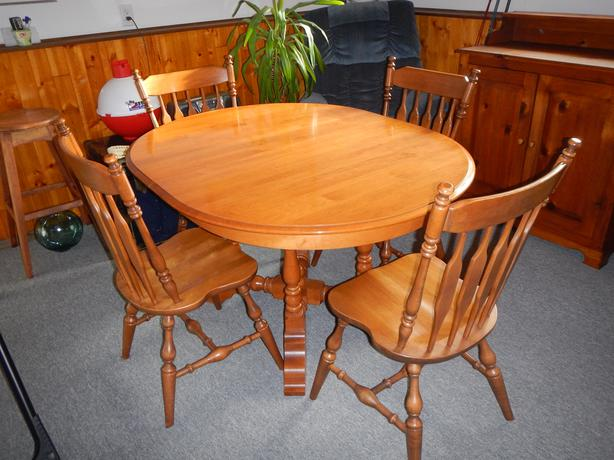 160 SOLID ROXTON MAPLE PEDISTAL TABLE 4 CHAIRS