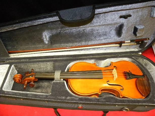 Yamaha 4 4 violin with bow and case victoria city victoria for Violin yamaha 4 4
