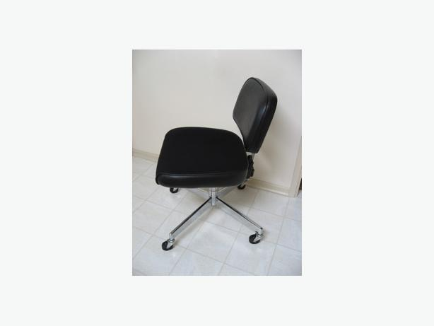 Desk chair office chair esquimalt view royal victoria for Super comfy office chair