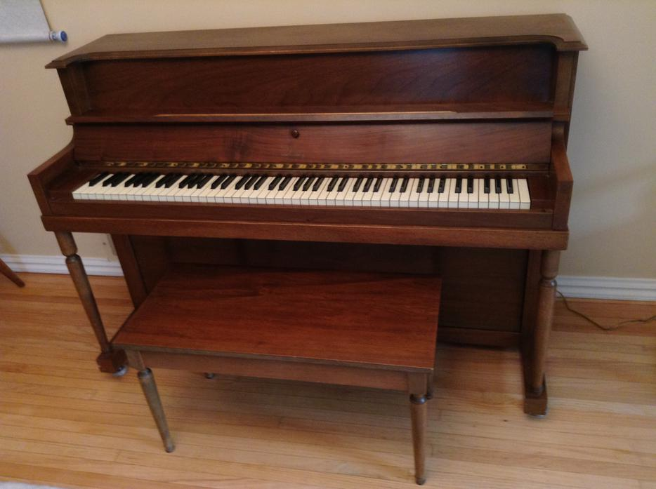 Quinoz apartment size piano oak bay victoria for Smallest piano size