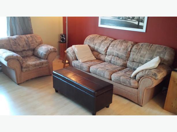 Sofa and chair combo with foot rest divan fauteuil et for Divan quebec