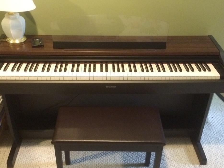 Yamaha ydp 213 digital piano with bench like new central for Yamaha piano store winnipeg