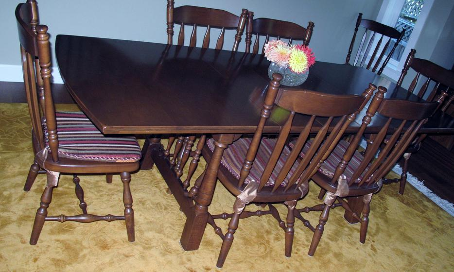 Solid maple dining room table and 8 chairs oak bay victoria for Dining room tables kelowna