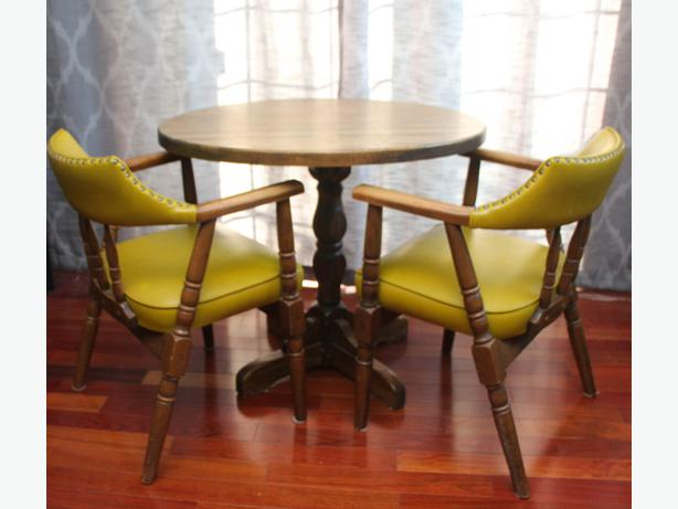 Canadian Henderson Captains Chairs 4 And Round Table Bar