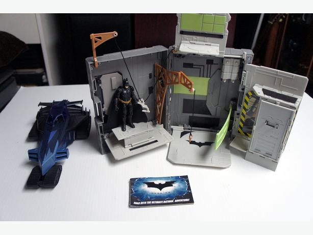 Dark Knight Batman Batmobile Friction Motor and Portable Playset