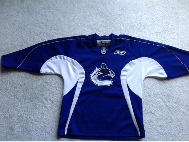 Official CANUCKS jersey....by RBK....size L 14/16