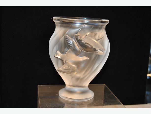 lalique france dove vase frosted crystal vancouver city vancouver. Black Bedroom Furniture Sets. Home Design Ideas
