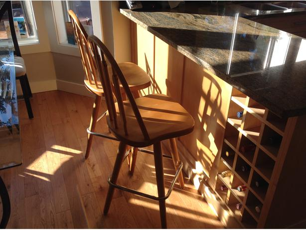 2 Beautiful solid wood swivel bar stools West Shore  : 43995574614 from www.usedvictoria.com size 614 x 461 jpeg 48kB