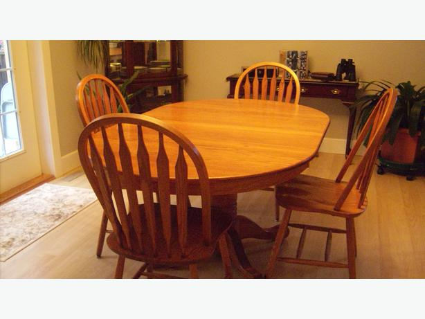 solid oak pedestal dining room table with four matching chairs table