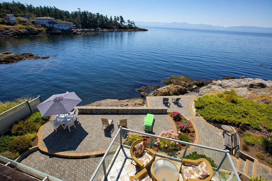 Oceanfront oasis 5 minutes drive from downtown victoria for Royal terrace quarry bay