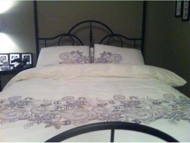 Winston Thomas Queen sized excellent condition duvet cover and 2 pillow  shams. Winston Thomas Queen sized excellent condition duvet cover and 2