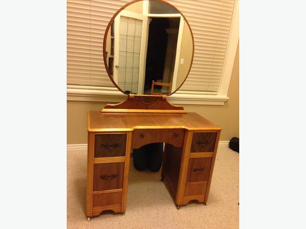 Antique vanity with round mirror north nanaimo nanaimo for Antique vanity with round mirror