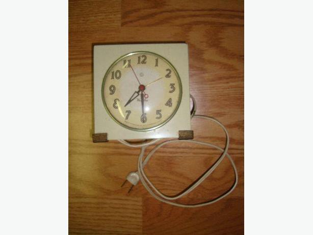 Beige Antique Clock Plug In - Excellent Condition! $5