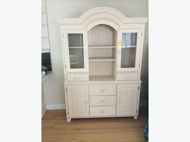 Ashley Furniture 2-Piece Hutch Charleswood / River Heights