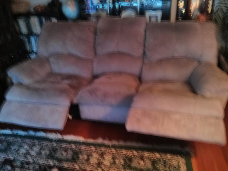 FREE 3 Seat Sofa w2 Recliners on each end Sth Nanaimo  : 45113650934 from www.usednanaimo.com size 934 x 700 jpeg 57kB