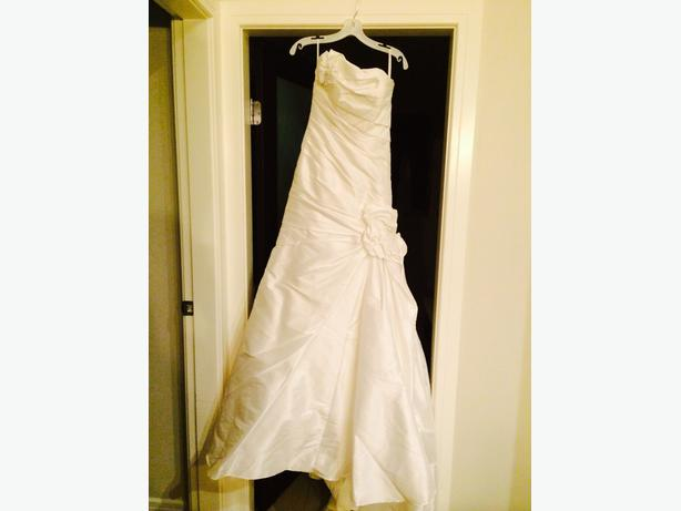 Beautiful wedding dress for sale west shore langford for How to sell wedding dress never worn