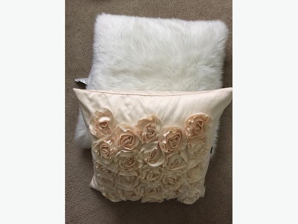 Two decorative pillows South Nanaimo, Nanaimo