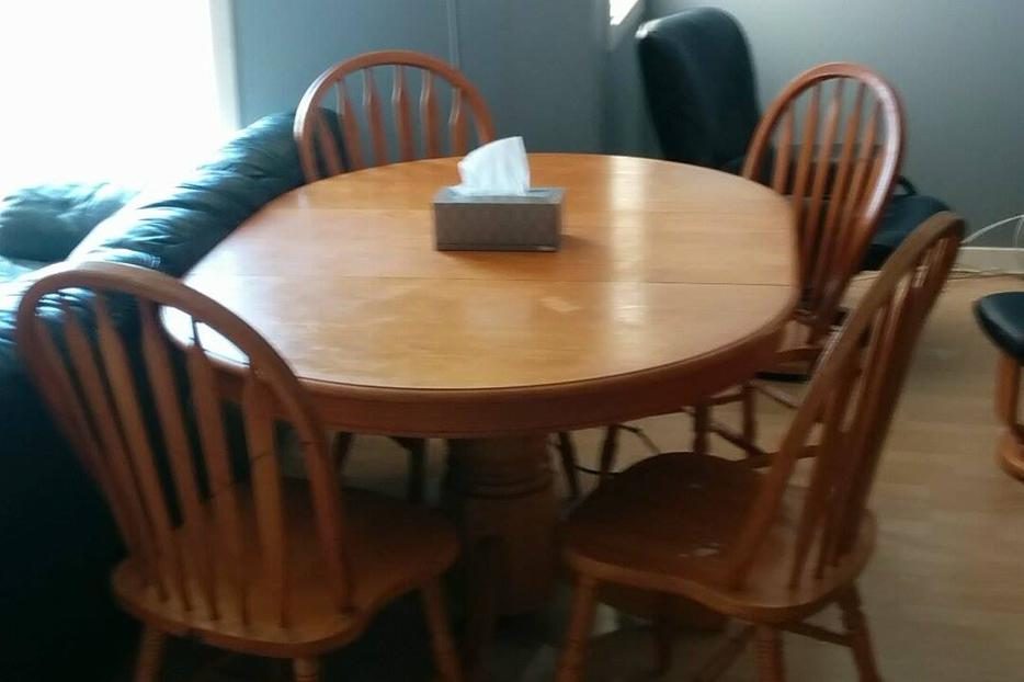 MUST GO Round wooden dining table with four chairs 100  : 46197256934 from www.usedvictoria.com size 934 x 622 jpeg 46kB