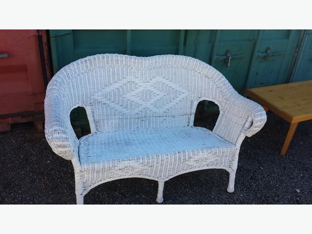White Wicker Outdoor Loveseat Central Nanaimo Parksville Qualicum Beach Mobile