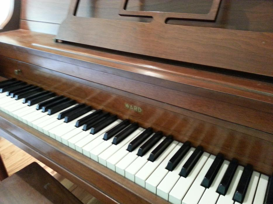 Free ward apartment size piano duncan cowichan mobile for Small upright piano dimensions