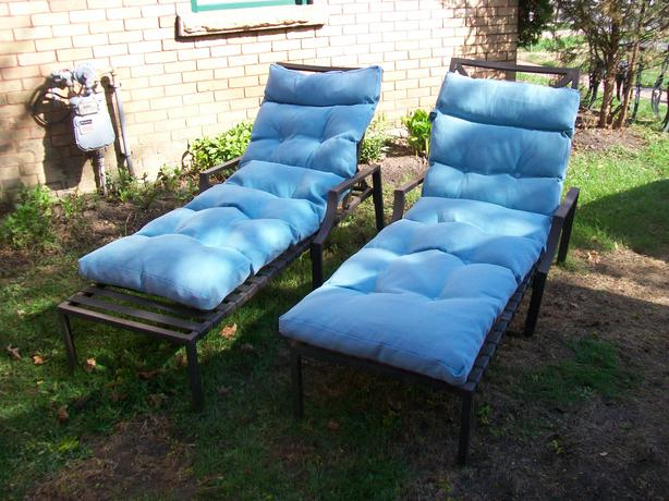 Modern chaise loungers with cushions can deliver for Chaise moderne montreal