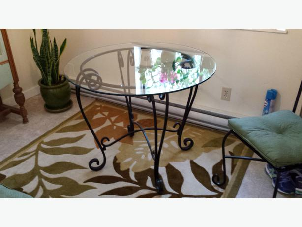 BEAUTIFUL WROUGHT IRON GLASS KITCHEN TABLE WITH FOUR CHAIRS END TABLE