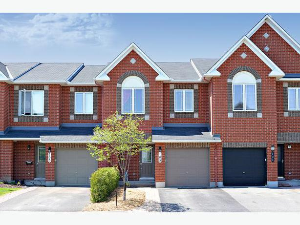 Stunning 3 bedroom 3 bathroom townhome with no rear for Garage ad orleans