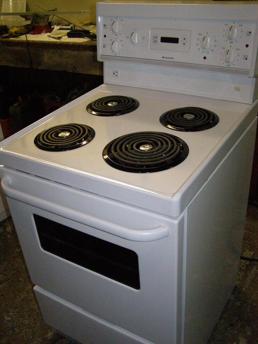 frigidaire apartment size range in as new condition