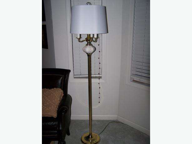 floor lamp w matching table lamp outside nanaimo parksville qualicum. Black Bedroom Furniture Sets. Home Design Ideas