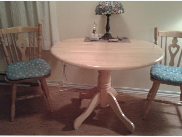 Solid wood dining room table victoria city victoria for Solid wood round dining table with leaf